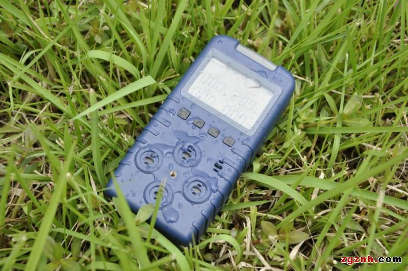 a)温 度:0~40; b)相对湿度:98%; c)大气压力:80kPa~116kPa; d)风 速:8m/s; e)贮存温度为-40~+60; f)在具有爆炸性气体混合物的危险场所 二、产品特点  同时测量甲烷、氧气、一氧化碳和硫化氢的瞬时值  传感器头朝外,避免煤尘积累造成传感器失效  超高亮度LCD液晶显示  内含高智能单片计算机  智能型传感器故障报警  声、光、等多种报警方式  高防护等级以保证适用于恶劣环境  充电连续工作时间大于10小时  具有传感器自动保护功能